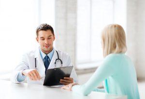 Prevención del Cáncer Cérvico-Uterino prevención del cáncer cérvico-uterino Prevención del Cáncer Cérvico-Uterino m  dico con paciente 300x205