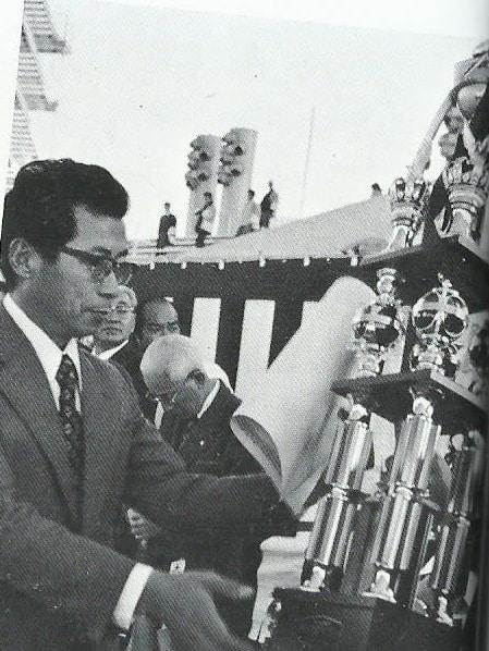 Mr. Jun Se Kyu receiving a prize