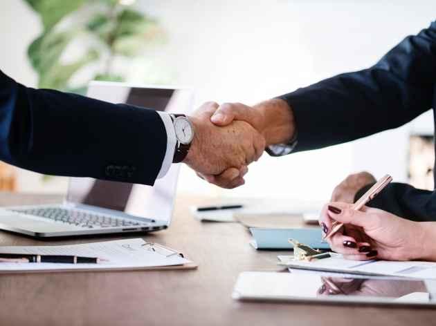 due persone si stringono la mano dopo il factoring