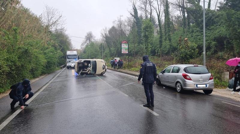 Lariano, incidente su Via Roma: si ribalta una macchina