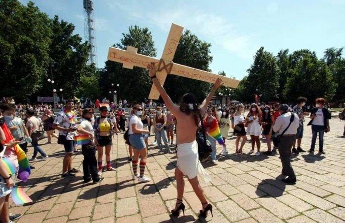 """Gay Pride Roma: nel corteo anche """"Cristo LGBT"""", è polemica"""