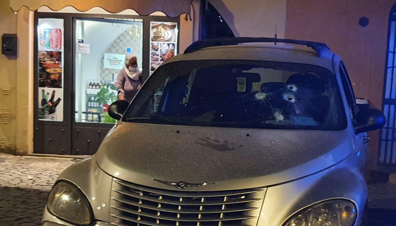 Genzano, furiosa lite per motivi stradali in centro. Indagano i Carabinieri