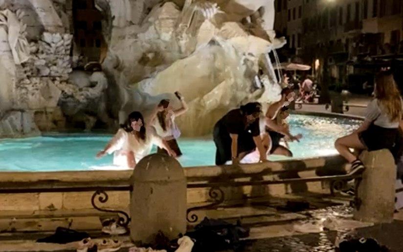 Piazza Navona, quattro ragazzi si tuffano nella Fontana dei Quattro Fiumi. Interviene la Polizia Locale