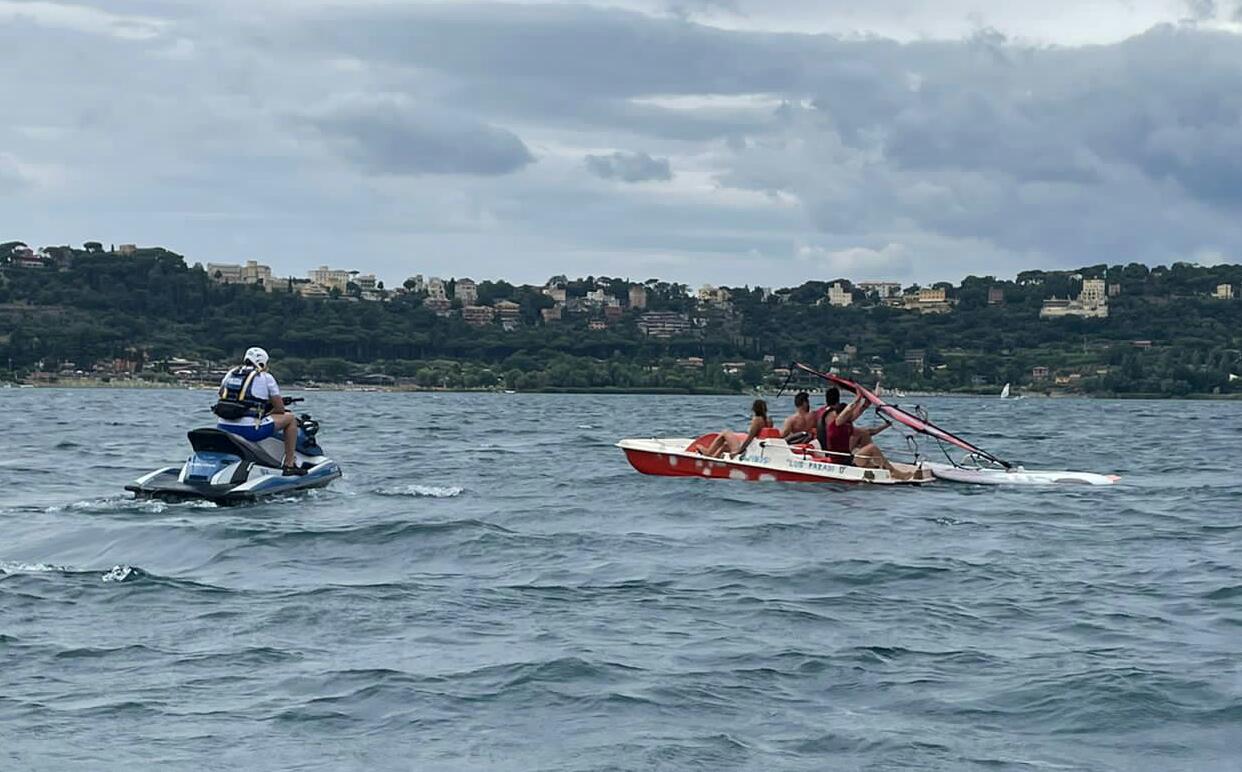 Castel Gandolfo, soccorsi 4 ragazzi al centro del lago dalla Polizia Fluviale