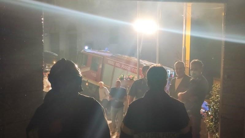 Monte Compatri, nottata di duro lavoro per l'incendio al museo contadino