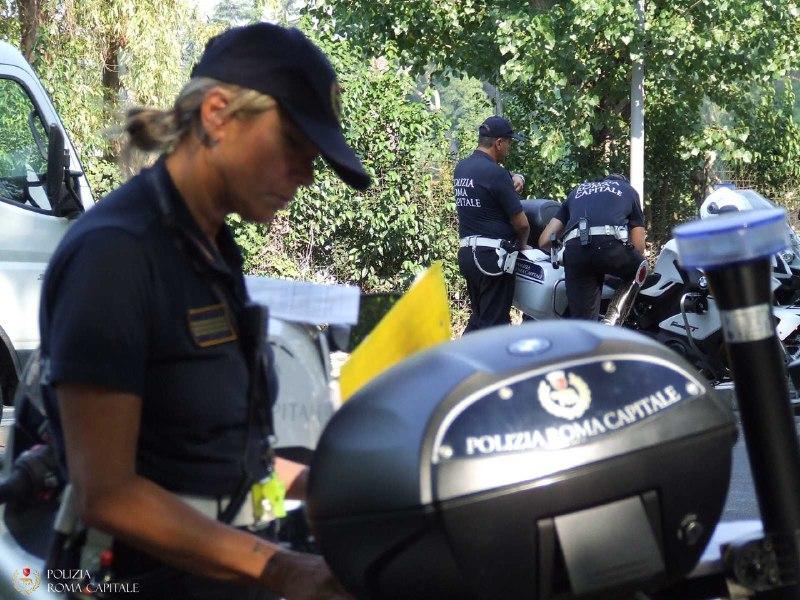 Roma, controlli alla stazione Tiburtina: fermato veicolo con centinaia di articoli contraffatti