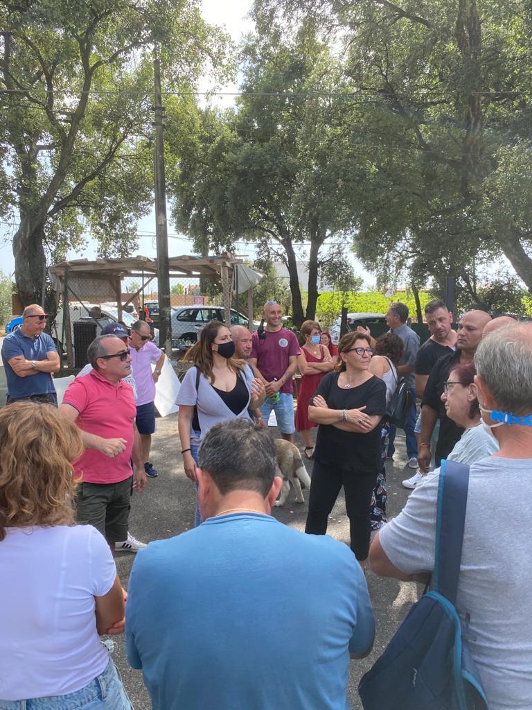 Discarica Albano, in corso il presidio contro lo sversamento dei rifiuti. Sul posto anche l'ex ministro della Difesa Trenta