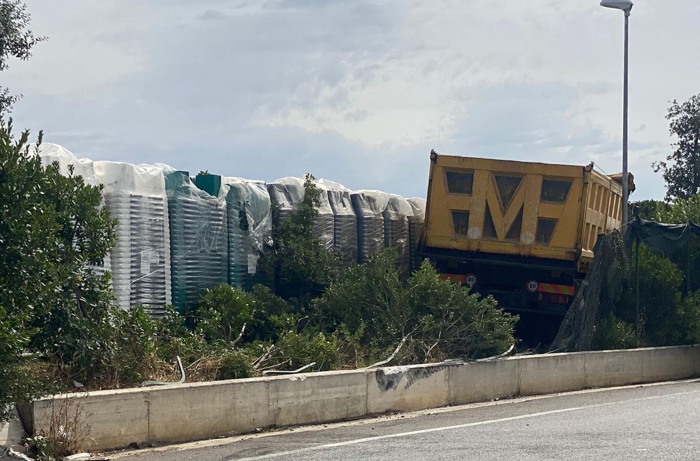 Ariccia, camion finisce fuori strada e abbatte la recinzione dell'isola ecologica. Nessun ferito grave