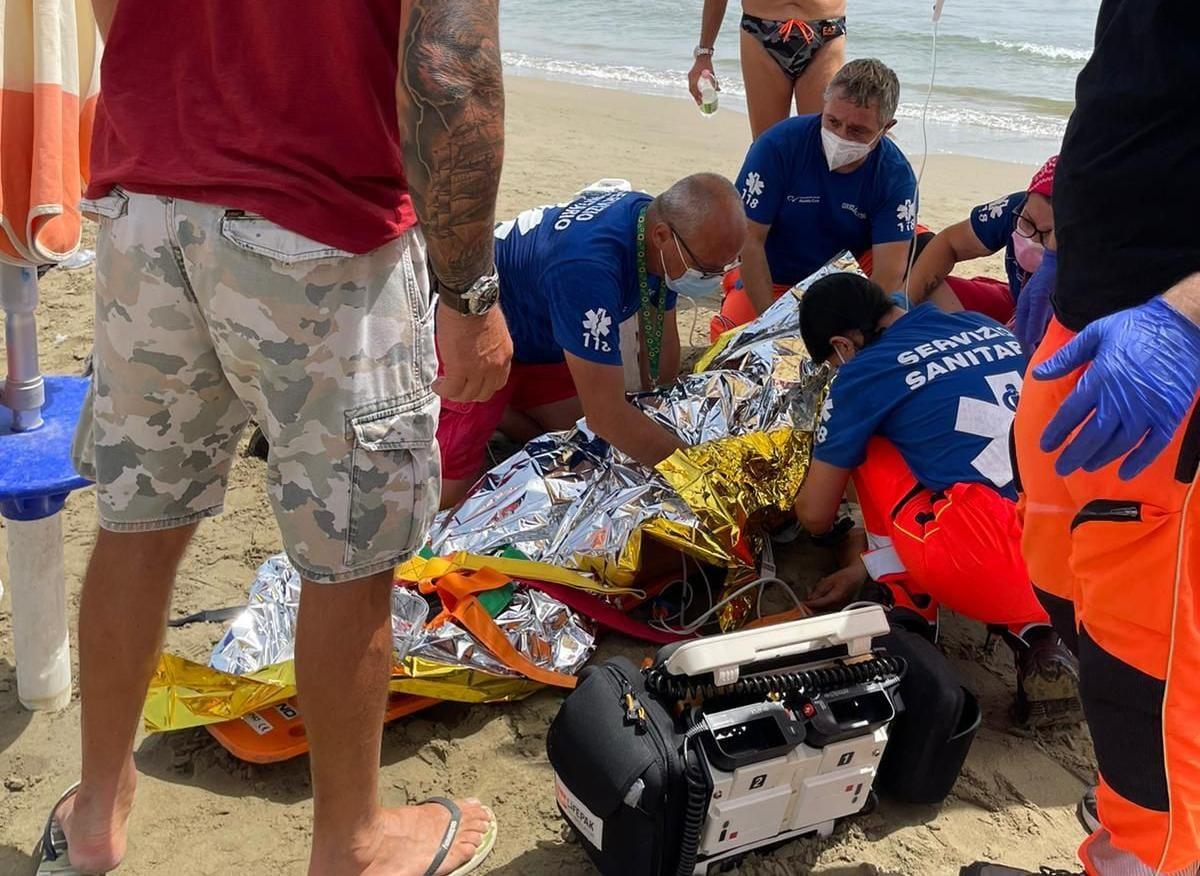 Nettuno, malore in spiaggia, trasportata in elicottero una donna al San Camillo