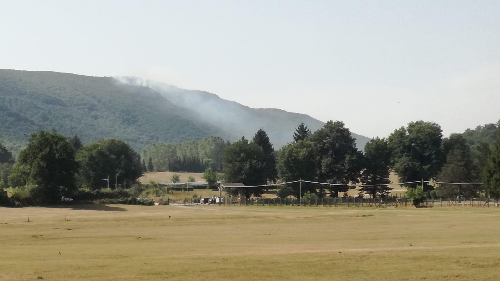 Velletri, si riaccendono i focolai su Monte Artemisio: di nuovo al lavoro Vigili del Fuoco, elicottero e volontari della Protezione Civile