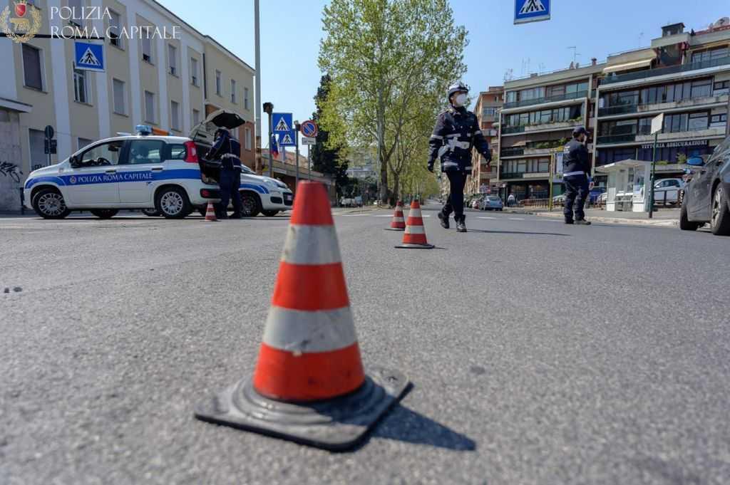 Boccea (Roma), si dà alla fuga dopo un aver provocato un incidente e ferito gravemente due persone, rintracciato e denunciato