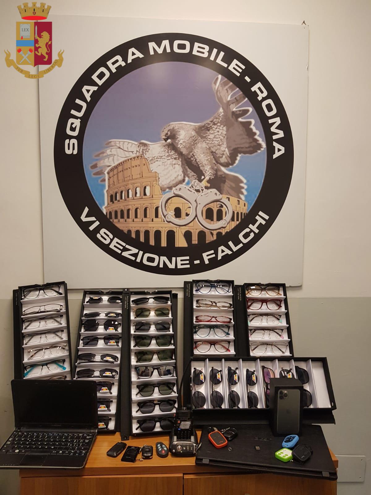Roma, sventato dalla Polizia di Stato un furto all'interno di un veicolo in zona via Appia Nuova: il ladro utilizzava un disturbatore di frequenze per aprire le macchine