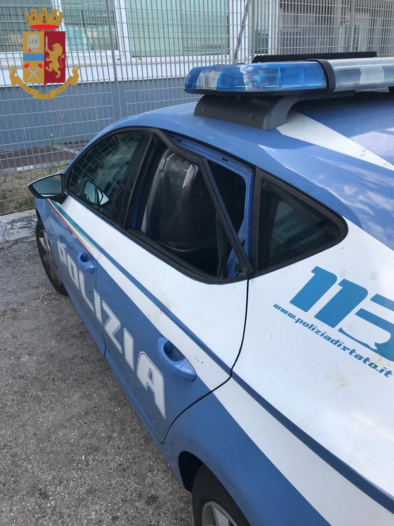 Anzio, litiga con una donna e aggredisce i poliziotti danneggiando una volante