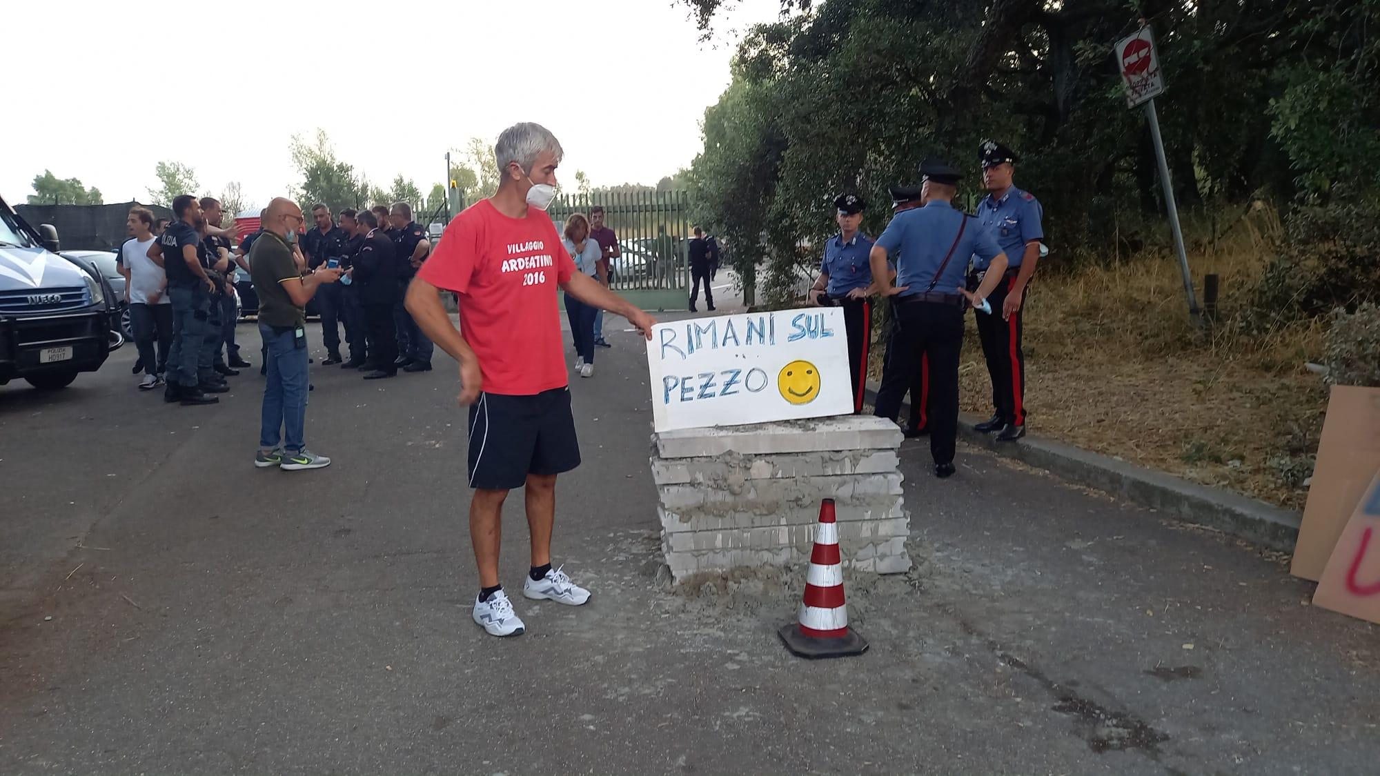 Albano, discarica ferma per irregolarità sulla sicurezza del  lavoro: costruito muretto davanti all'ingresso, interviene la polizia