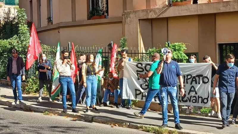 Roma, protesta degli operatori del centro di accoglienza Mondo Migliore a causa dello sfratto dei frati Oblati