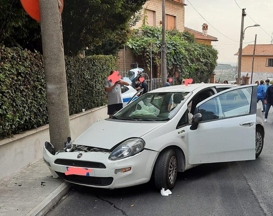 Ariccia, macchina sbanda contro un palo: uno dei passeggeri in codice rosso