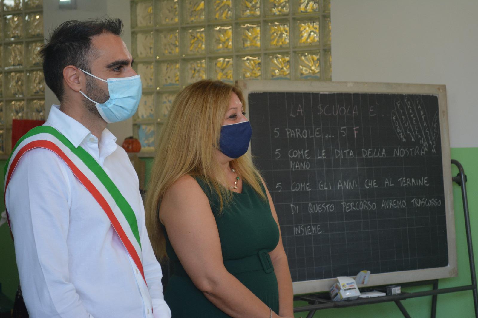 Pomezia, il Sindaco Adriano Zuccalà a scuola per augurare un buon inizio di anno scolastico alle studentesse e agli studenti