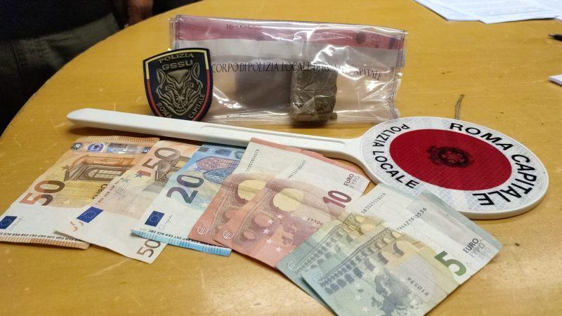 Roma, Trastevere, pusher arrestato dalla Polizia Locale: nascondeva l'hashish dentro le mascherine