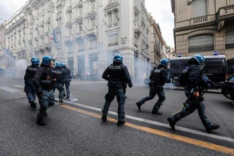 Roma, si è costituito il poliziotto ripreso nel video mentre colpiva un manifestante