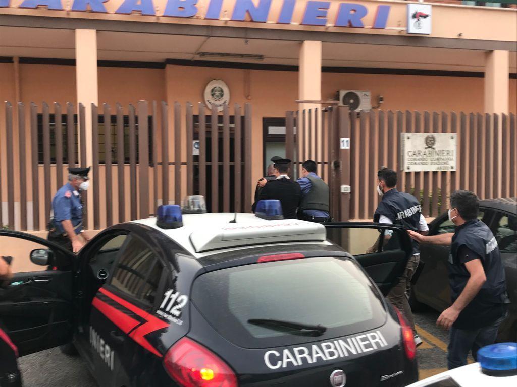 Ardea, arrestato per omicidio aggravato il figlio della donna trovata morta a Tor San Lorenzo. Foto
