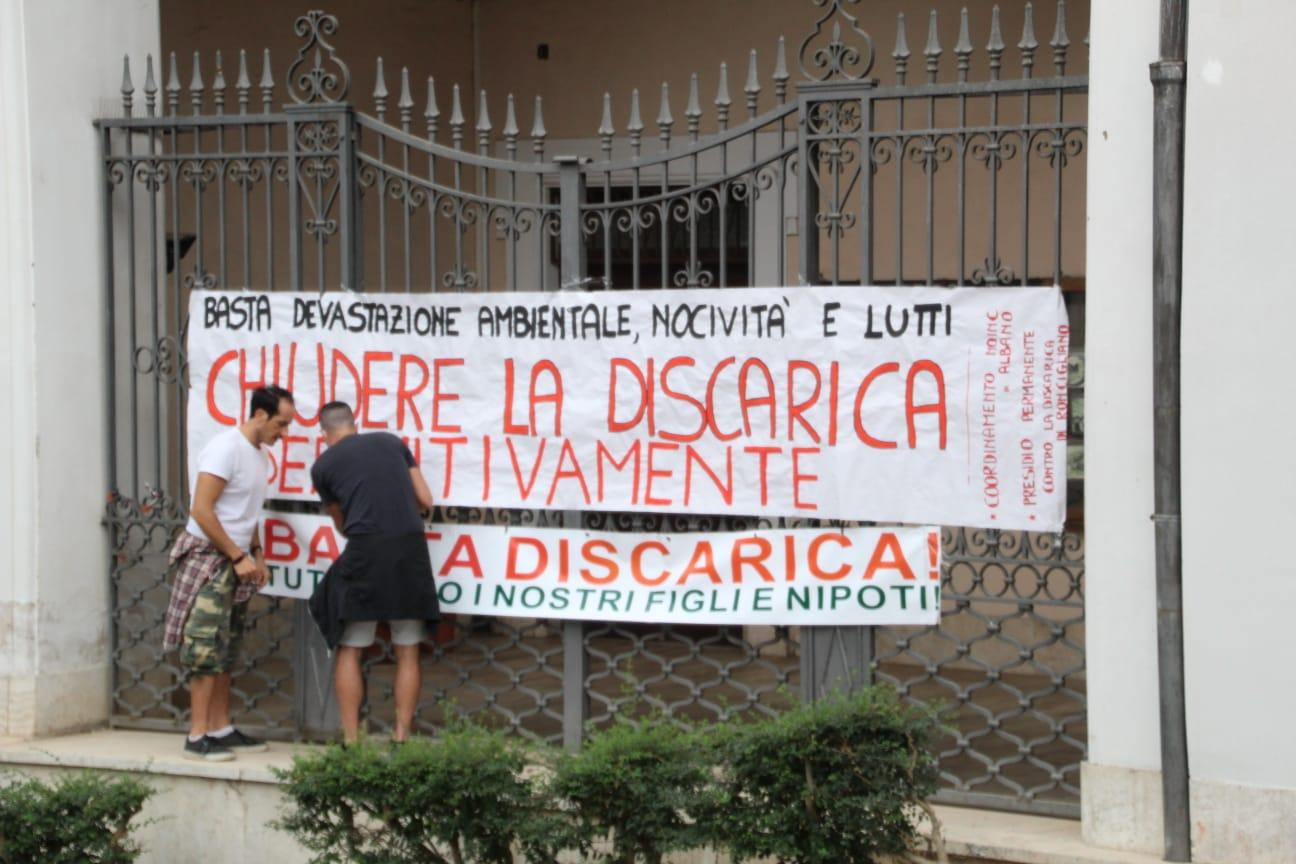 Albano Laziale, protesta davanti al Municipio contro la discarica di Roncigliano