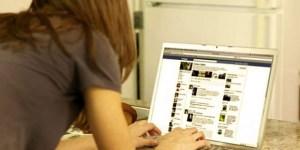 Read more about the article Γιατί Κατασκοπεύεις Συνέχεια τον Πρώην σου στο Facebook