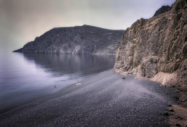 Η «μαύρη» ελληνική παραλία