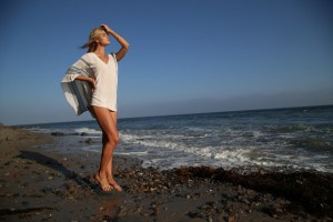 Read more about the article Εύκολοι και γρήγοροι τρόποι προστασίας των μαλλιών τους καλοκαιρινούς μήνες. Τι να κάνετε μετά το μπάνιο στη θάλασσα