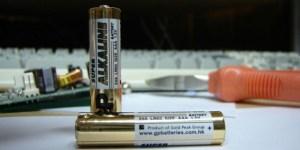 Read more about the article Δείτε τι μπορείτε να κάνετε με 2 μπαταρίες, μέσα σε λίγα δευτερόλεπτα