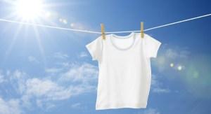 Το εύκολο κόλπο για να κάνετε τα λευκά ρούχα πιο αστραφτερά