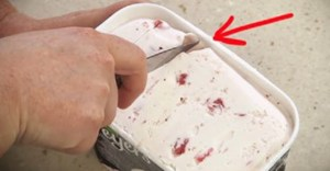 Read more about the article Παίρνει ένα μαχαίρι και κόβει το παγωτό. Ο λόγος που το κάνει θα σας βοηθήσει.!!!
