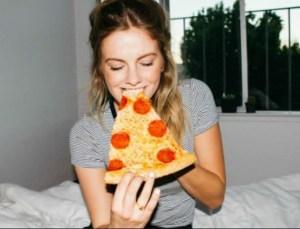 Read more about the article Διαιτολόγος λέει ότι μπορεί να είναι πιο υγιεινό να τρώμε πίτσα για πρωινό αντί για δημητριακά!