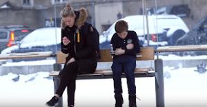 Θα δίνατε το παλτό σας σε ένα μικρό παιδί που κρυώνει;