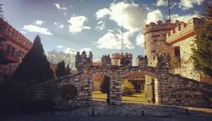 Έφτιαξε ξενοδοχείο γεμάτο παραμυθένιους Πύργους στην Ξάνθη και οι τουρίστες κάνουν ουρά