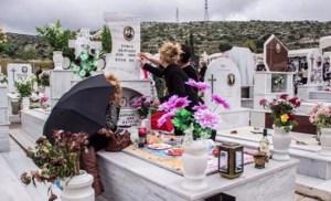 Read more about the article Αποκλείεται να το γνώριζες. Γιατί ανάβουμε κεριά και καντήλι στους τάφους των νεκρών;
