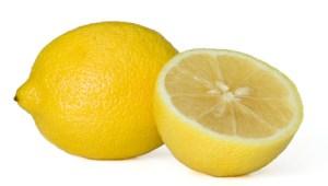 Read more about the article Να γιατί πρέπει να κοιμάσαι με ένα κομμένο λεμόνι στο κομοδίνο