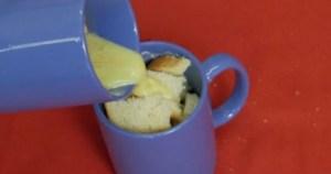 Ρίχνει αυτό το μίγμα σε μια κούπα γεμάτη ψωμί. 3 λεπτά αργότερα; Το καλύτερο γρήγορο πρωινό που έχετε φάει!