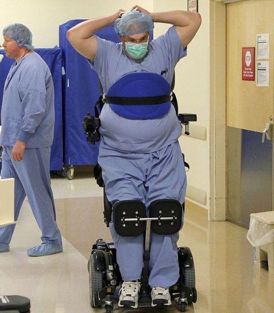 Παράλυτος Γιατρός, Συνεχίζει Να Εγχειρίζει Από Το Καροτσάκι Του, Για Χάρη Της Ανθρωπότητας!