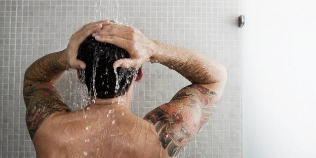 Δύο κακές συνήθειες που πρέπει να αποφεύγουμε στο μπάνιο