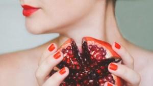 Αυτές οι 10 τροφές κρύβουν ένα μυστικό που σε κάνει να δείχνεις 10 χρόνια νεότερη