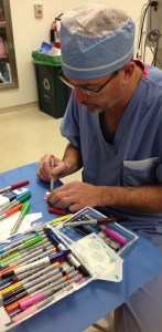Read more about the article Παιδίατρος ζωγραφίζει καρτούν πάνω στα επιθέματα παιδιών που χειρουργεί