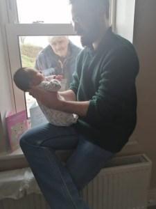 Κορονοϊός – Ιρλανδία: Παππούς γνωρίζει το νεογέννητο εγγόνι του από το παράθυρο -Τρεις γενιές σε κοινωνική απόσταση