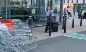 Εργαζόμενη σε σούπερ μάρκετ «διασκέδασε» την τεράστια ουρά… τραγουδώντας [Βίντεο]