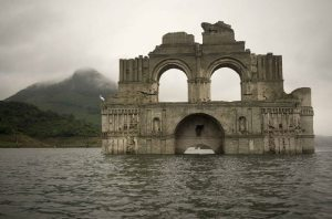 Read more about the article Εντυπωσιακή 400 ετών εκκλησία αναδύεται από το νερό στο Μεξικό