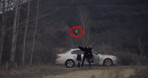 Πατέρας πετάει έξω από το αυτοκίνητο μια κούκλα! Όταν κοιτάζει πίσω στον καθρέφτη το μήνυμα πονάει και προκαλεί συγκίνηση