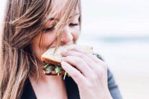 Η δίαιτα που επιτρέπει να τρώμε οτιδήποτε και όσο θέλουμε για 8 ώρες