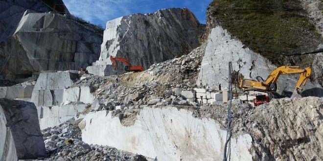 """Le cave di Carrara: quando le """"trincee di marmo"""" dei partigiani portano morte ai lavoratori"""