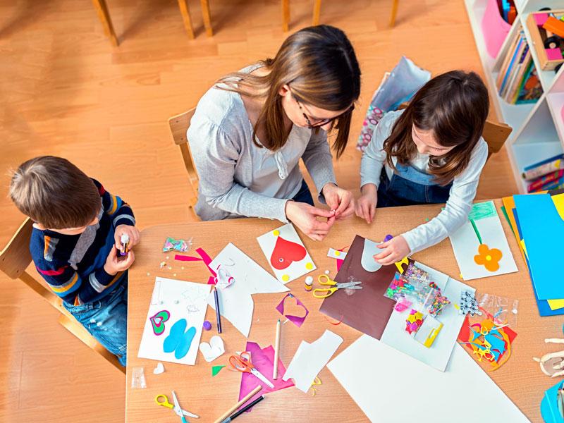 Le mani dei bambini costruiscono il pensiero
