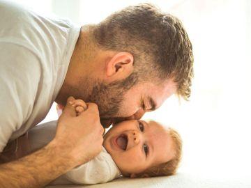 La Spagna propone 16 settimane di congedo per i papà