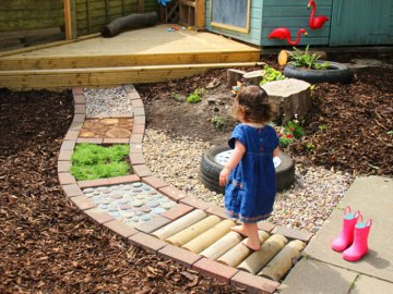 Costruire un percorso sensoriale, in giardino o a casa